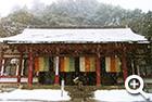 雪化粧の本殿金堂